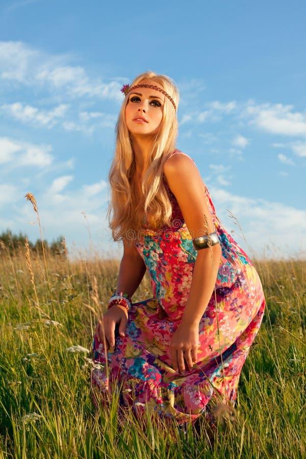 Schöne Blonde Aufstellung In Der Wiese Gegen Blauen Himmel Stockfotos