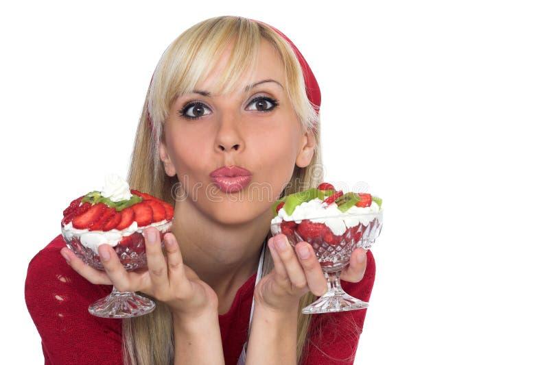 Schöne blonde Aufstellung mit Erdbeeren stockfoto