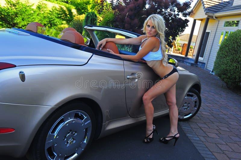 Schöne blonde bereiten vor, um innen zu erhalten stockbild