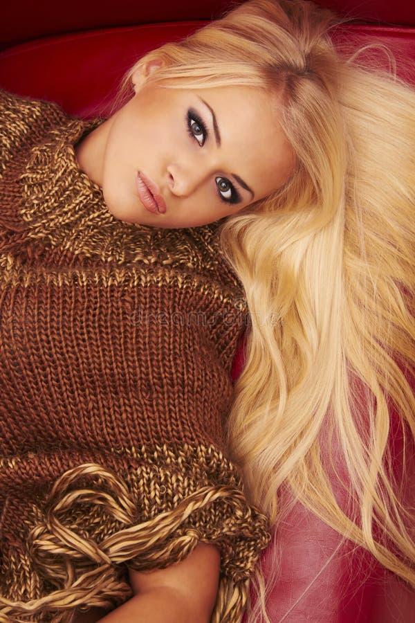 Schöne blonde Frau stockfotos