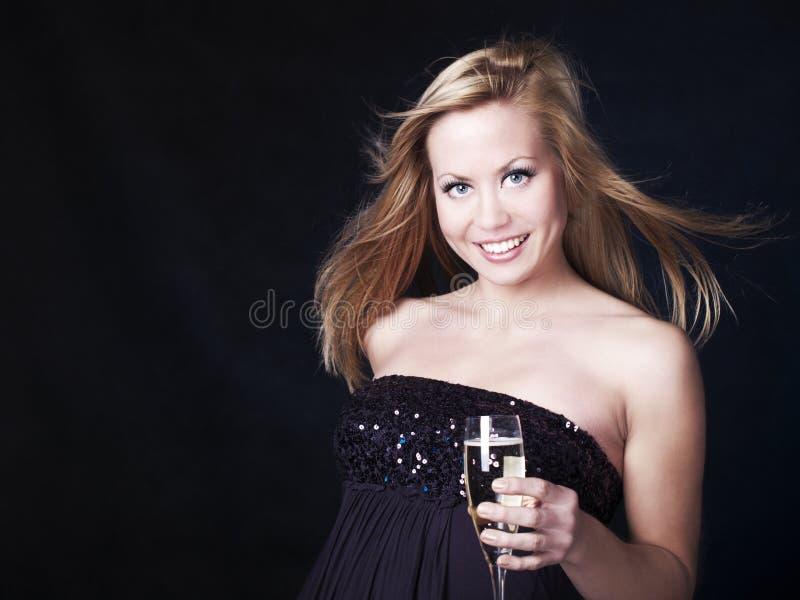 Schöne blonde Frau, die mit Champagner feiert lizenzfreie stockfotografie