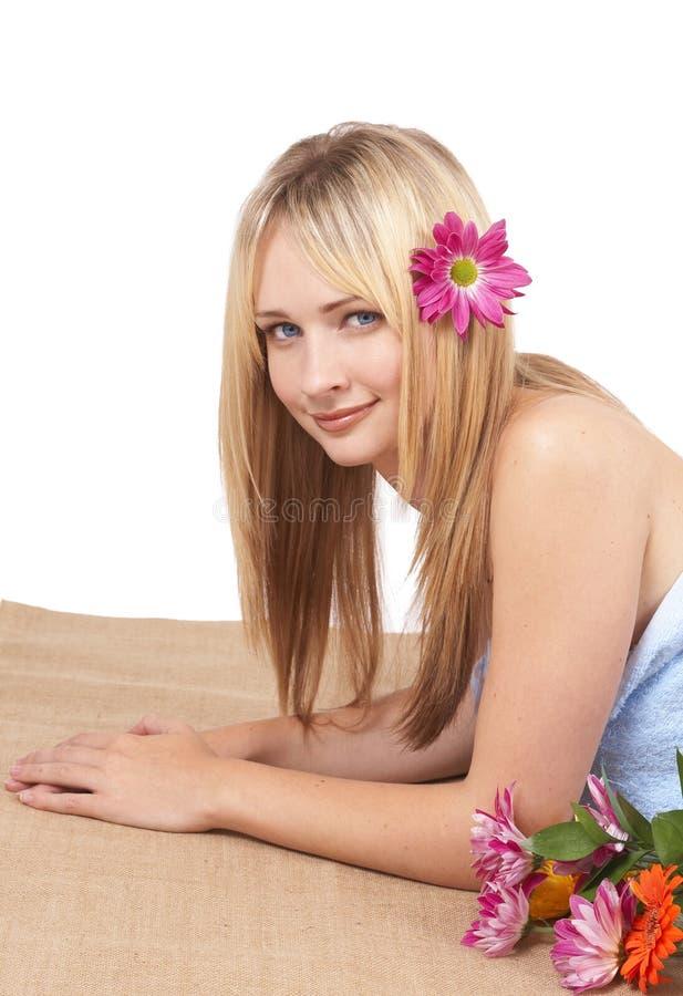 Schöne blonde Frau an einem Badekurort lizenzfreies stockfoto