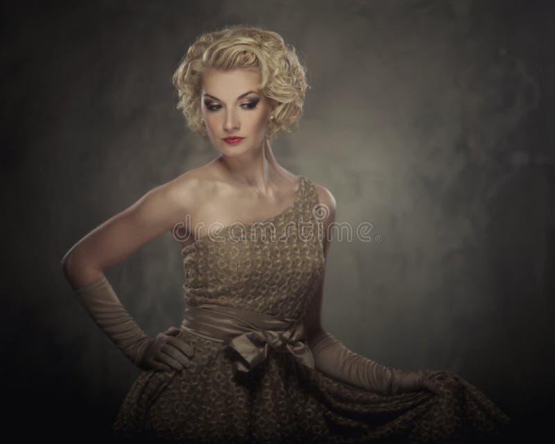 Schöne blonde Frau in einem Kleid stockbilder