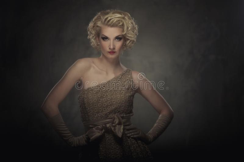 Schöne blonde Frau in einem Kleid lizenzfreies stockbild