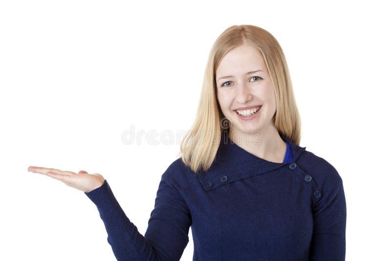 Schöne blonde Frau hält Palme mit Anzeigenplatz an lizenzfreies stockfoto
