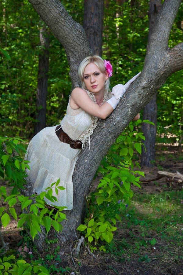 Schöne blonde Frau im Abendkleid stockfoto