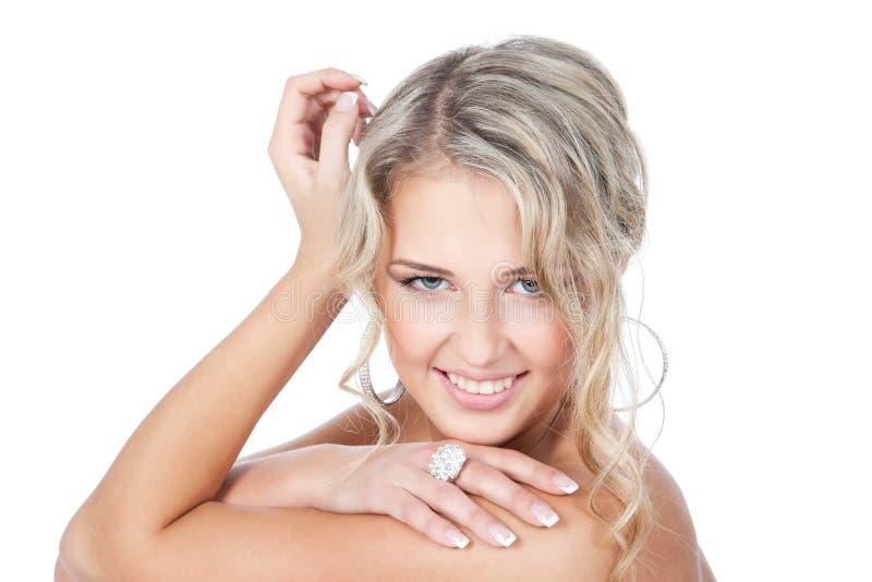 Schöne blonde Frau mit Schmucksachen über Weiß lizenzfreies stockbild
