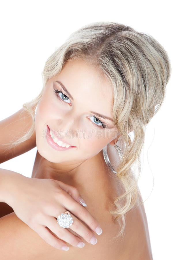 Schöne blonde Frau mit Schmucksachen über Weiß lizenzfreies stockfoto