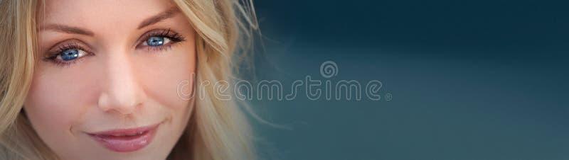 Schöne blonde Frau Panoamic mit blauen Augen stockfotos