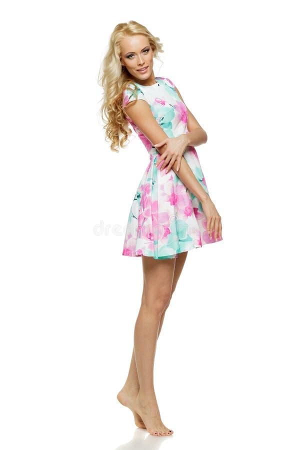 Schöne blonde Frau Stellung in der in voller Länge im Sommerkleid lizenzfreie stockfotos