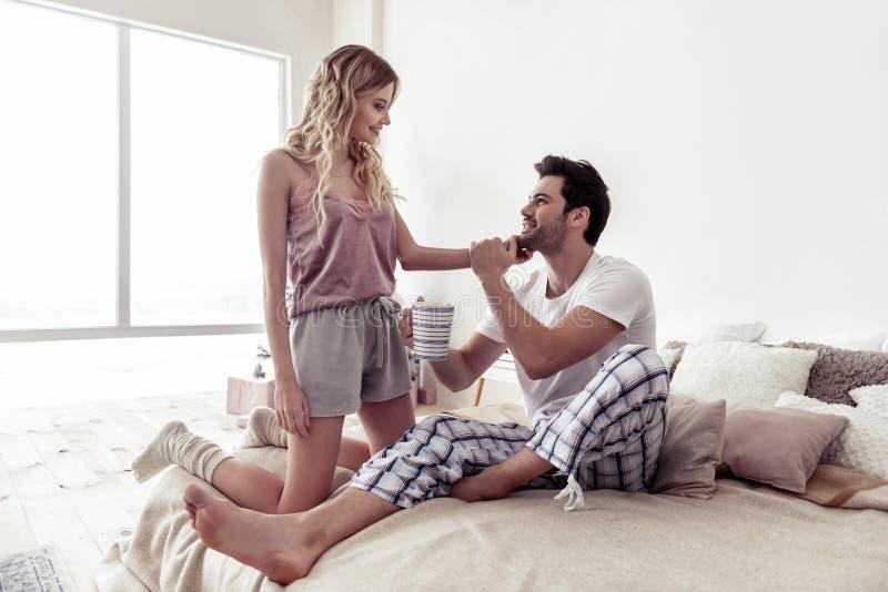 Schöne blonde Frau und bärtiger ein gut aussehender Mann, der zusammen einen Morgen verbringt lizenzfreie stockbilder