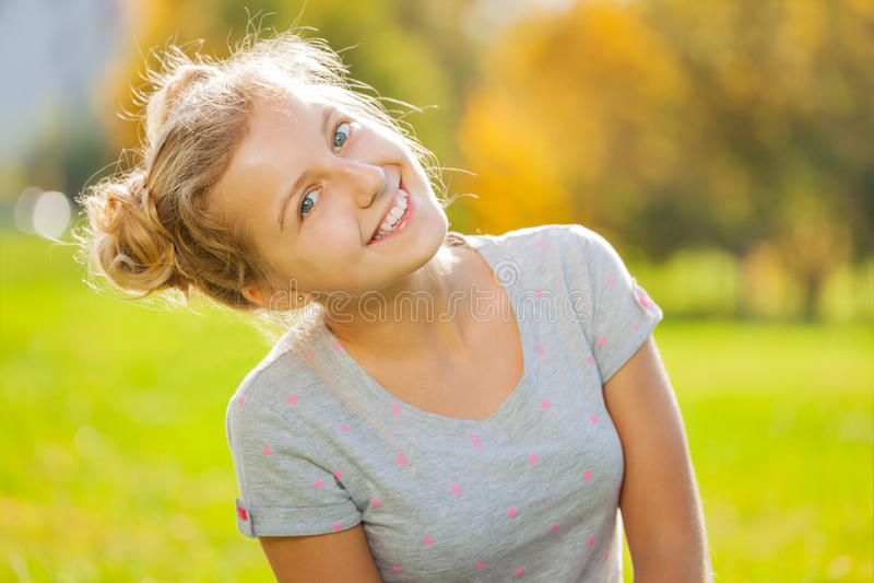 Schöne blonde Mädchengroßaufnahme im Park lizenzfreies stockfoto