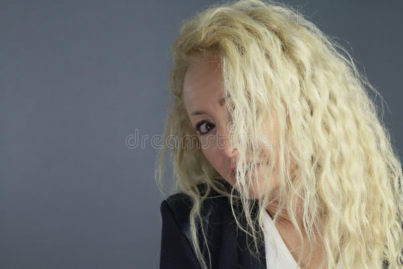 blonde reife Dame