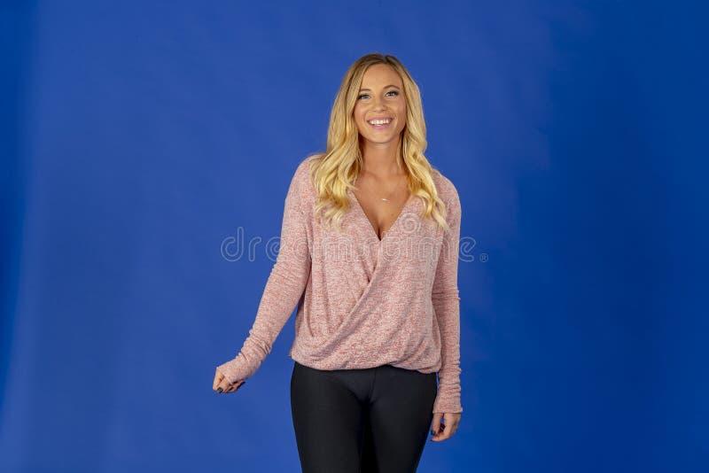 Schöne blonde Studio-Umwelt Modell-Posing Ins A lizenzfreie stockbilder