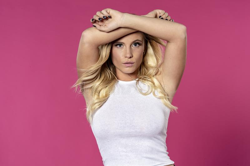 Schöne blonde Studio-Umwelt Modell-Posing Ins A lizenzfreies stockbild