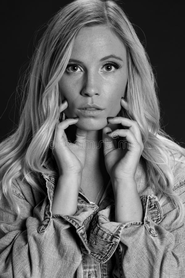 Schöne blonde Studio-Umwelt Modell-Posing Ins A lizenzfreies stockfoto