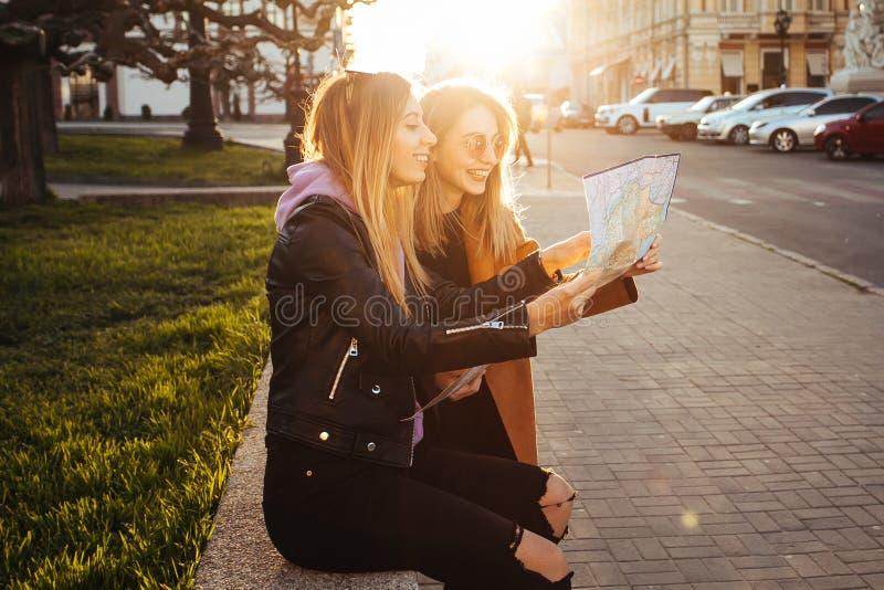 Schöne Blondine in der Stadt lizenzfreie stockfotos