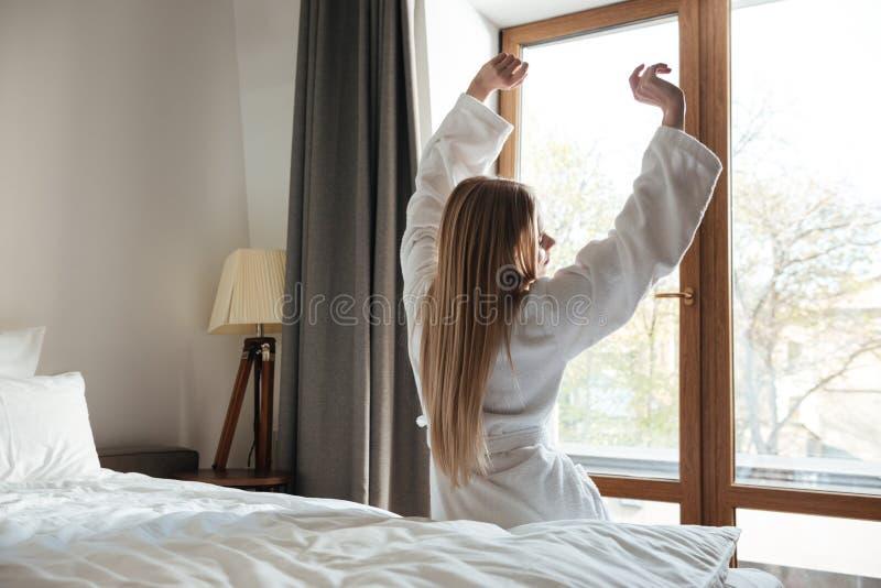 Schöne Blondine, die morgens Hände ausdehnen lizenzfreies stockfoto