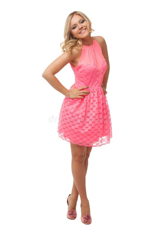 Schöne Blondine, die rosa Kleid und Schuhe tragen stockbild