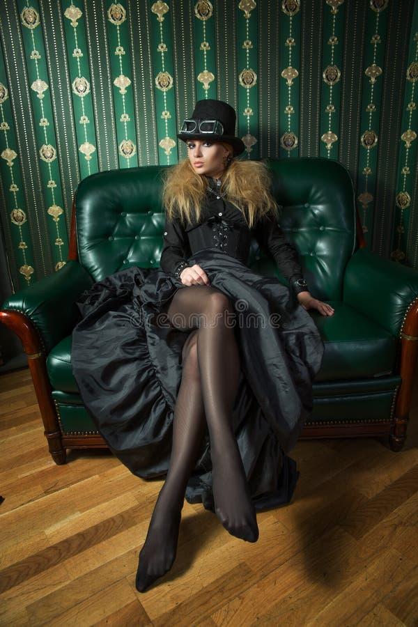 Schöne Blondine in einem gotischen Kleid stockbilder