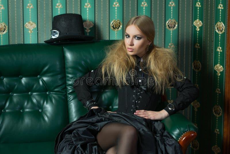 Schöne Blondine in einem gotischen Kleid lizenzfreie stockbilder