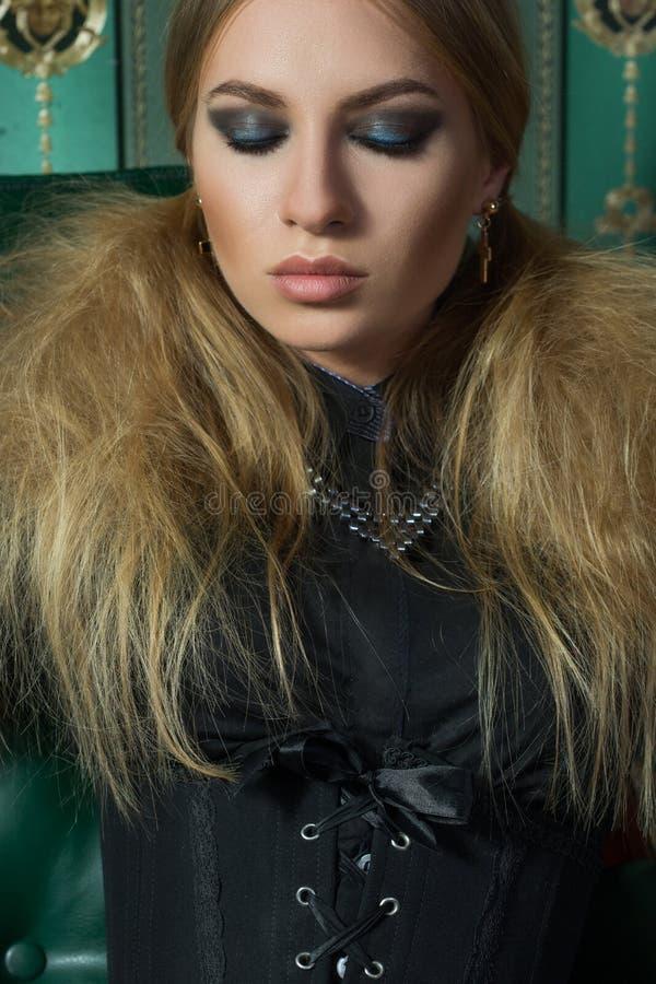 Schöne Blondine in einem gotischen Kleid stockfotografie