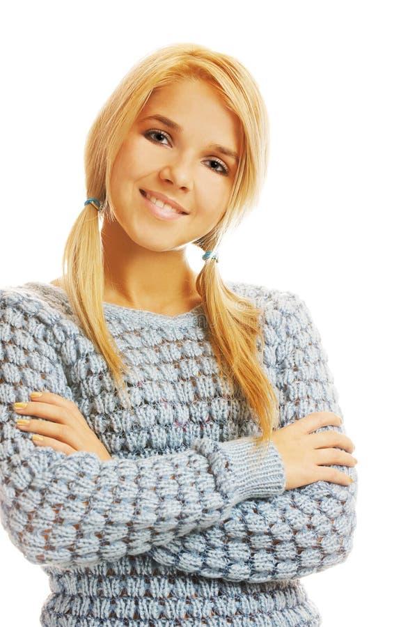 Schöne Blondine im Pullover lizenzfreie stockfotografie