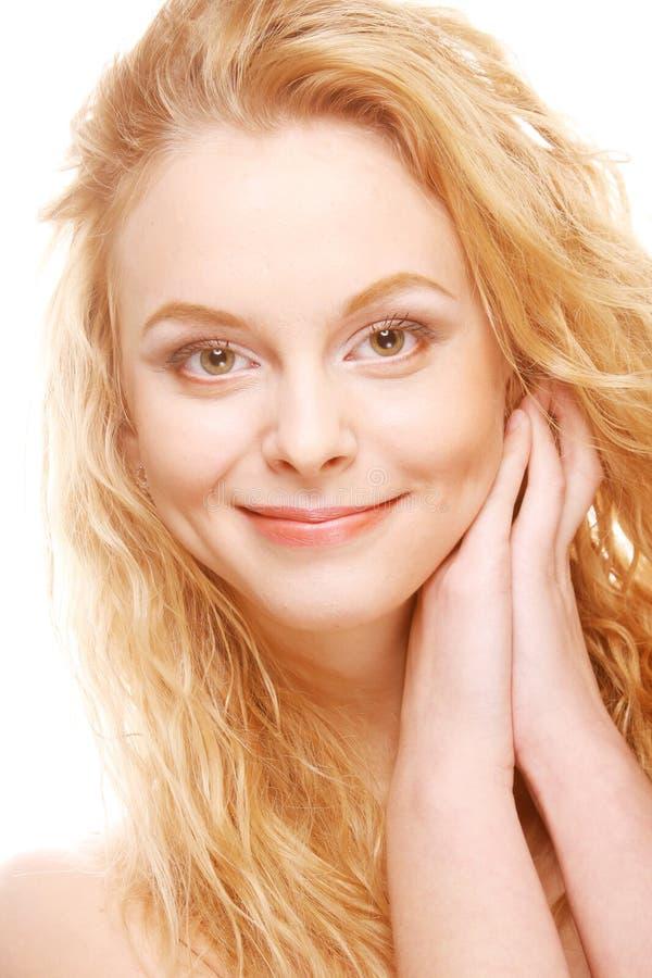 Schöne Blondine mit dem gelockten Haar lizenzfreie stockfotos