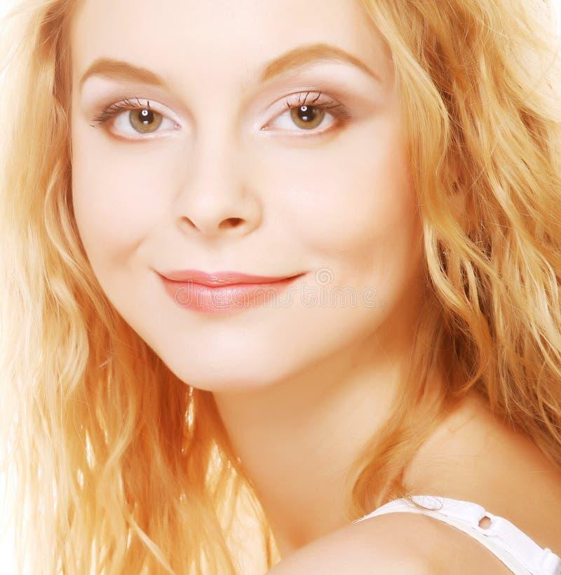 Schöne Blondine mit dem lockigen Haar lizenzfreies stockbild