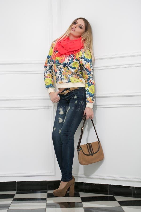 Schöne Blondine mit einer Handtasche stockbilder
