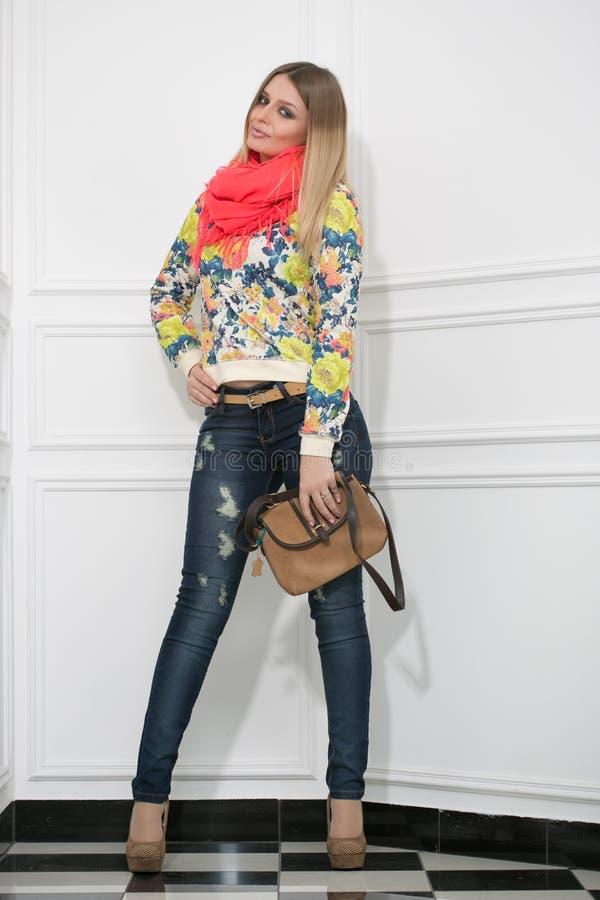 Schöne Blondine mit einer Handtasche lizenzfreie stockbilder