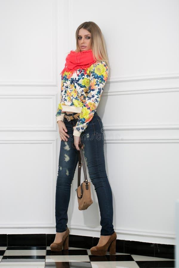 Schöne Blondine mit einer Handtasche stockbild