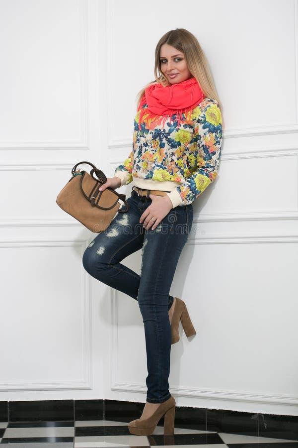Schöne Blondine mit einer Handtasche lizenzfreie stockfotos