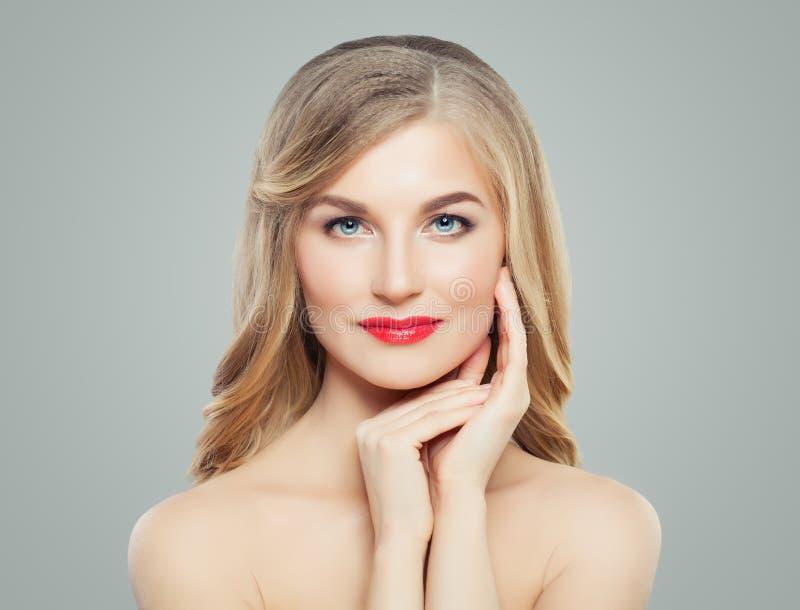 Schöne Blondine mit rotem Lippenmake-up Gesichtsbehandlung, Haarpflege und Cosmetology stockfoto