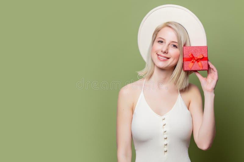 Schöne Blondine mit roter Geschenkbox lizenzfreies stockbild