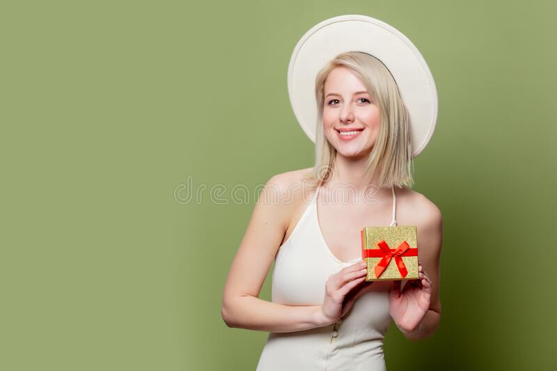 Schöne Blondine mit roter Geschenkbox stockfoto