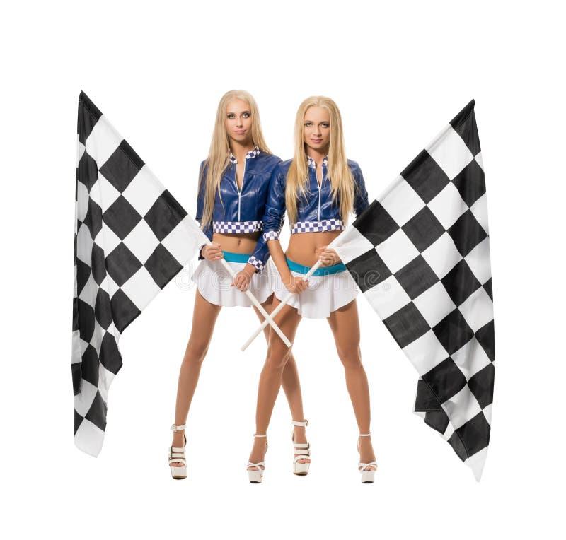 Schöne Blondinen, die mit Zielflaggen aufwerfen stockbilder
