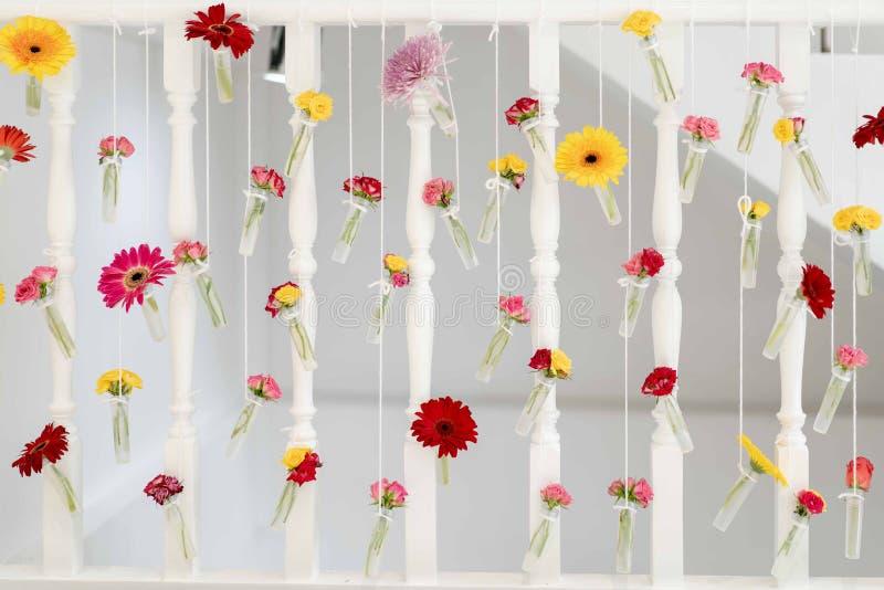 Schöne Blume DIY im kleinen transperance Glas und Plastikflasche hängen an zur Treppenterrasse stockbilder