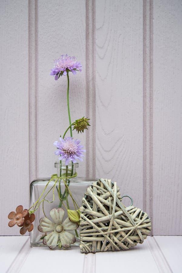 Schöne Blume im Vase mit Herzstillleben-Liebeskonzept lizenzfreie stockfotos