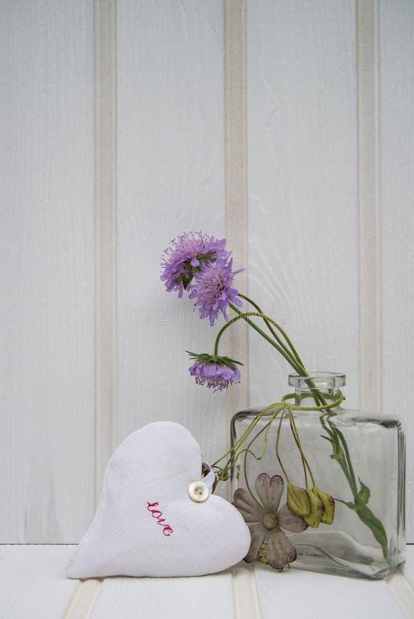 Schöne Blume im Vase mit Herzstillleben-Liebeskonzept lizenzfreie stockbilder