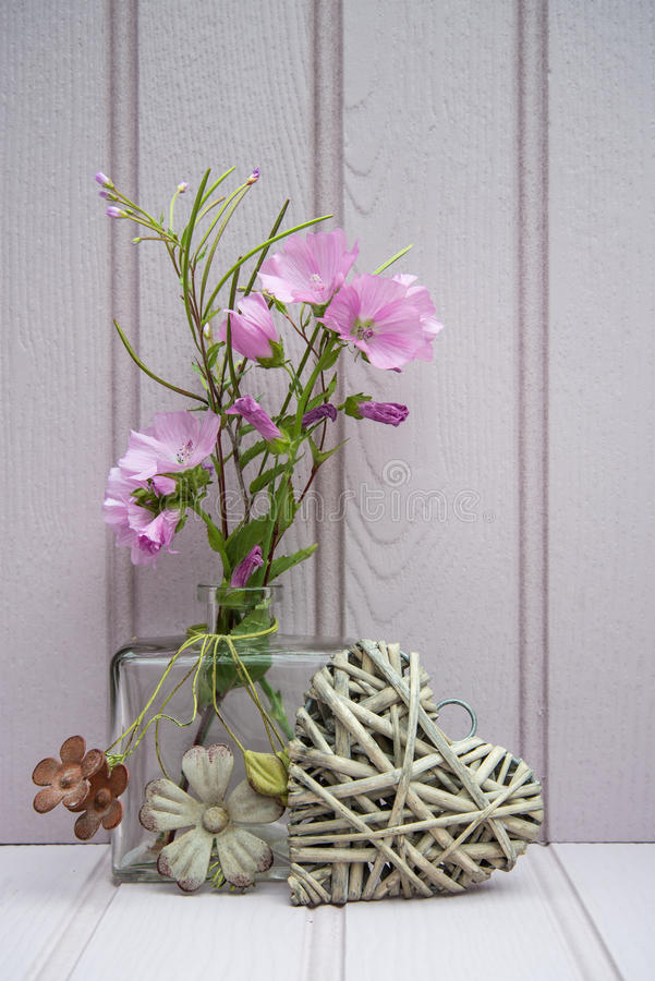 Schöne Blume im Vase mit Herzstillleben-Liebeskonzept stockbild