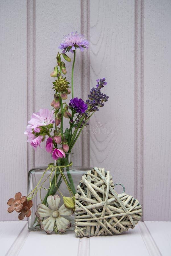Schöne Blume im Vase mit Herzstillleben-Liebeskonzept lizenzfreies stockfoto