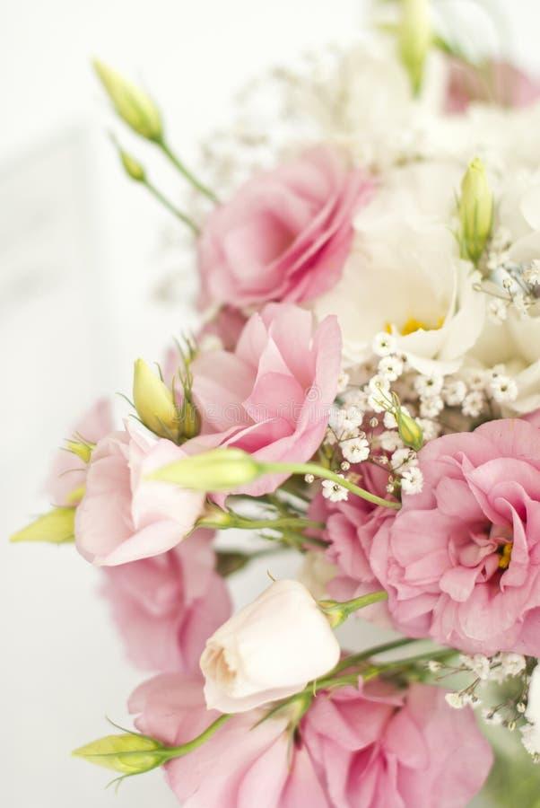 Schöne Blumen auf Tabelle im Hochzeitstag stockfoto