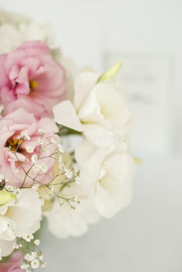 Schöne Blumen auf Tabelle im Hochzeitstag stockbild