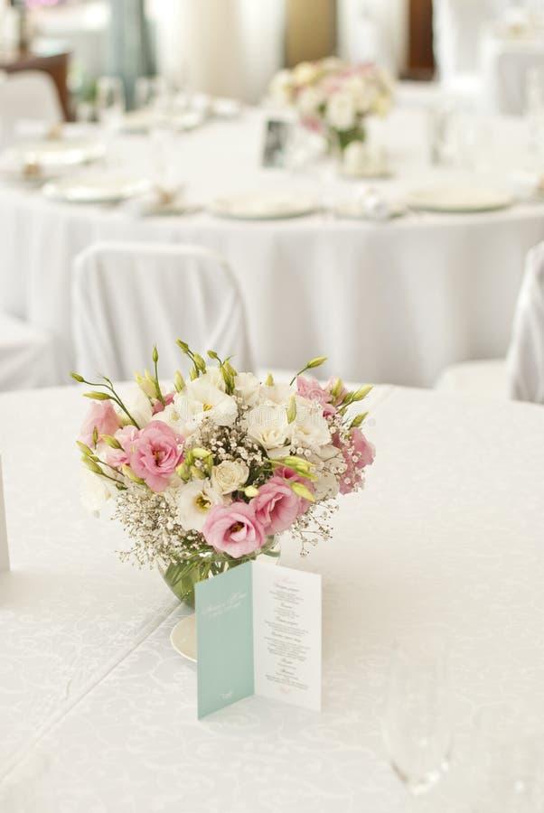 Schöne Blumen auf Tabelle im Hochzeitstag stockfotos