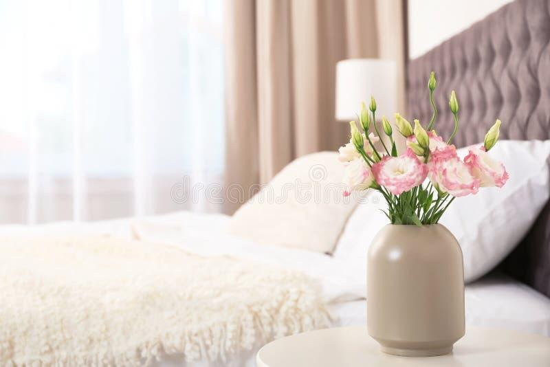 Schöne Blumen im Vase und im Raum für Text auf unscharfem Hintergrund lizenzfreie stockbilder