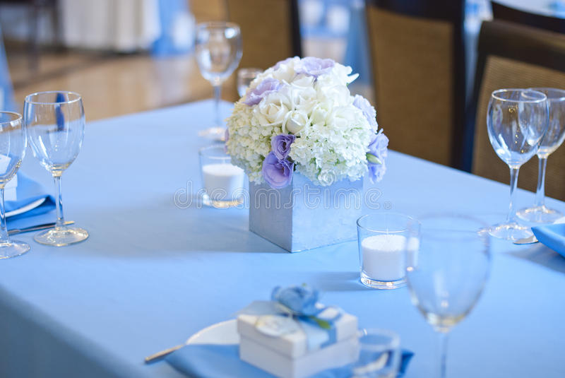 Schöne Blumen und Kerzen auf Tabelle im Hochzeitstag Blaue Farbdekorationstischdecke stockbild