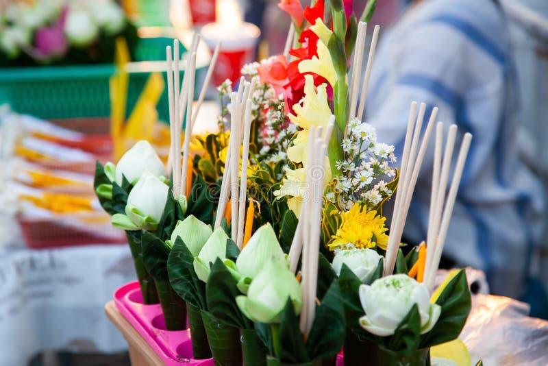 schöne Blumenangebote zu Buddha stockbild