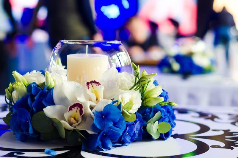 Schöne Blumenanordnung mit einer blauen Hortensie, einer Orchidee und einem c lizenzfreies stockfoto