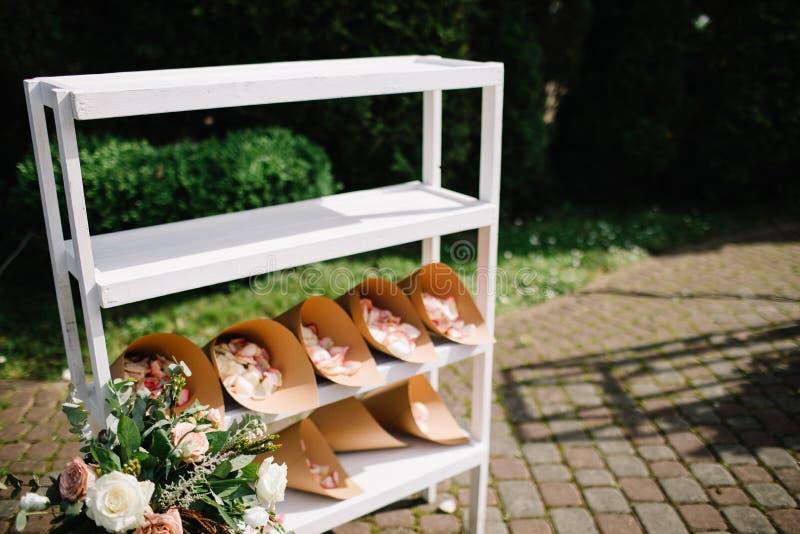 Schöne Blumendekorationen draußen Hochzeitszeremonie draußen lizenzfreie stockbilder